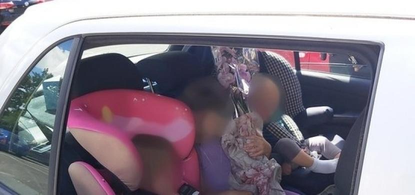 Nezodpovědní rodiče nechali v Pardubicích své tři děti v rozpáleném autě. Před strážníky celou událost zlehčovali