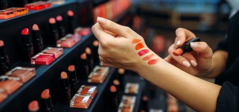 Co skrývají testery kosmetiky v drogeriích? Kromě nové rtěnky si můžete domů přinést kožní infekci nebo opar