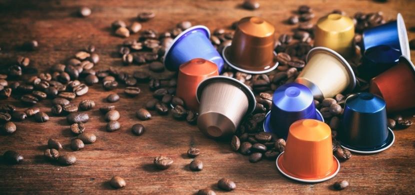 Jak zrecyklovat použité kávové kapsle: Přetvořte je na vkusný náramek nebo originální bytovou dekoraci