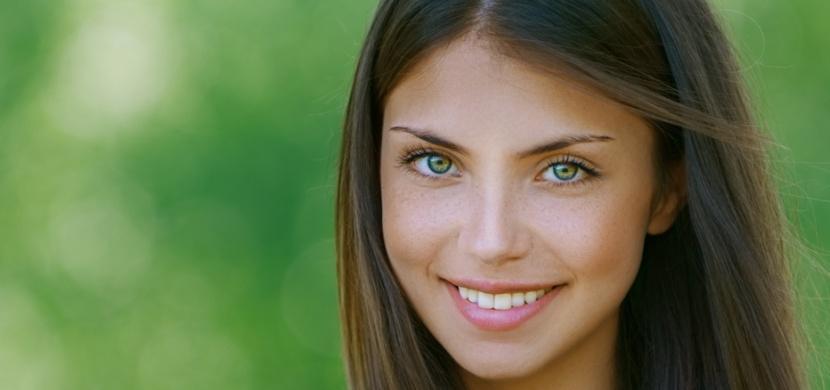 Žen se zelenýma očima je ve světě jako šafránu. Jsou tajemné a mužům se z nich podlamují kolena