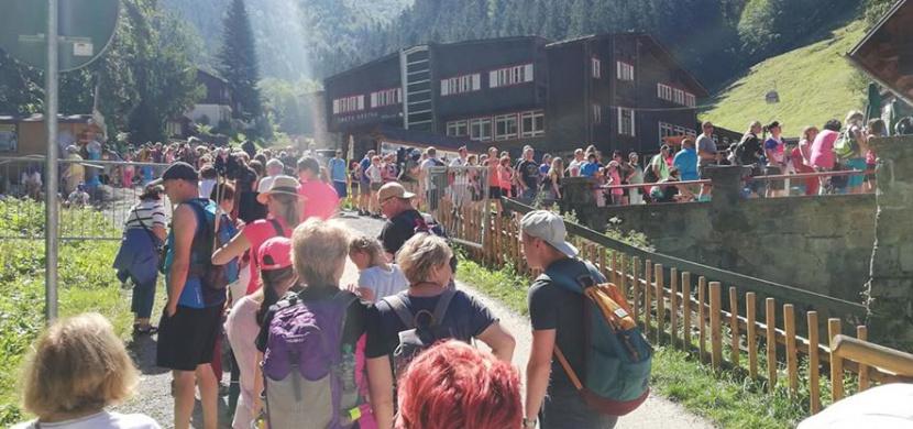 Vysoké Tatry praskají ve švech, dokazují fotky a videa na sociálních sítích. Čekají vás dlouhé fronty i problémy s parkováním