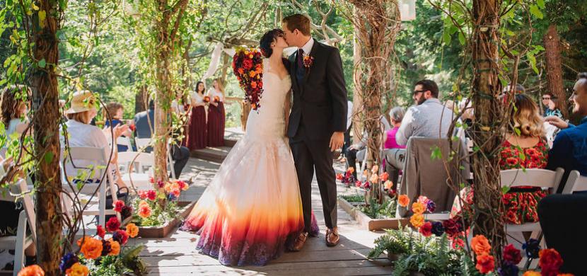 Svatební šaty s pestrobarevnou sukní: Tento netradiční svatební trend si zamilovaly tisíce žen z celého světa