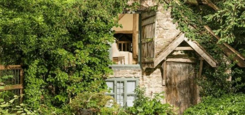 Chalupa Wishbone Cottage z 16. století vypadá zchátrale a opuštěně. Uvnitř se však ukrývá útulné bydlení