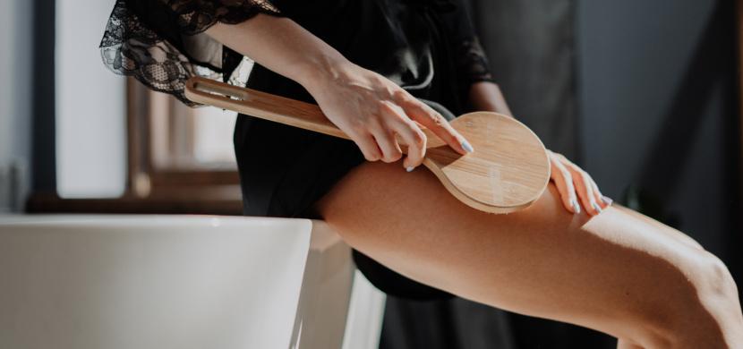 Suchá masáž umí zatočit s celulitidou. Kartáčujte se vždy směrem k srdci