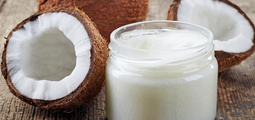 Kokosový olej směle nahradí kupovanou kosmetiku. Použijte jej jako deodorant, krém na holení nebo pastu na zuby
