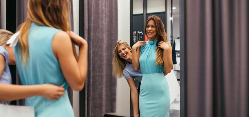Zrcadla ve zkušebních kabinkách zkreslují. Potvrzuje novinářka Amanda Platell, která si oblékla stejné šaty v kabinkách deseti módních řetězců