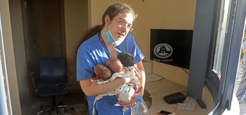Zdravotní sestřička zachránila v bejrútské nemocnici tři novorozená miminka. Fotka vznikla několik minut po výbuchu dusičnanu amonného