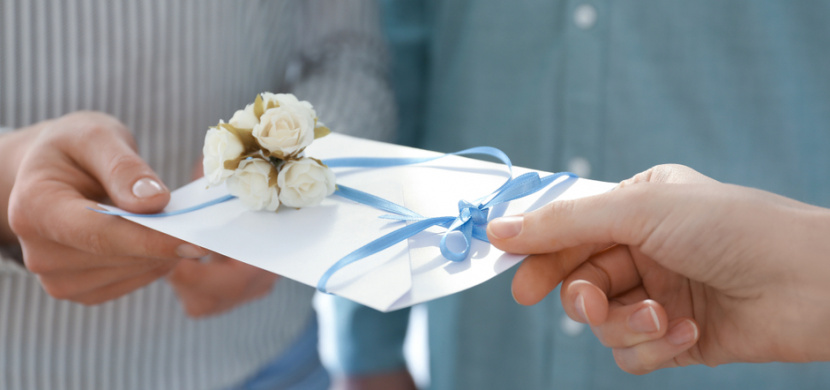 Kontroverzní svatební pozvánka reaguje na pandemii koronaviru: Svatební hosty dělí dle důležitosti do tří skupin