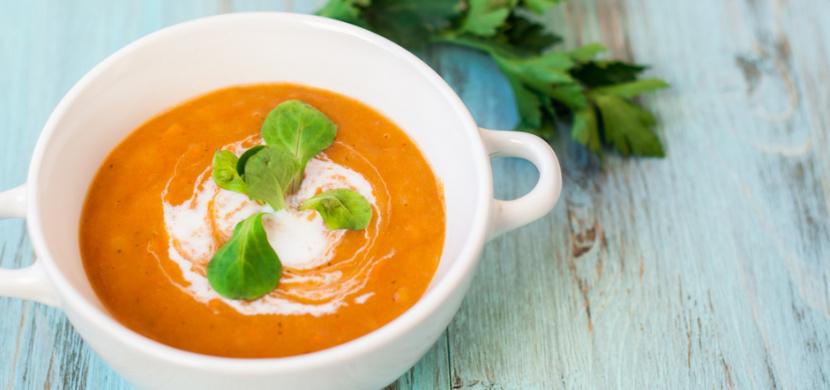Krémová polévka z pečené zeleniny chutná skvěle. Dodá také vitaminy a zahřeje