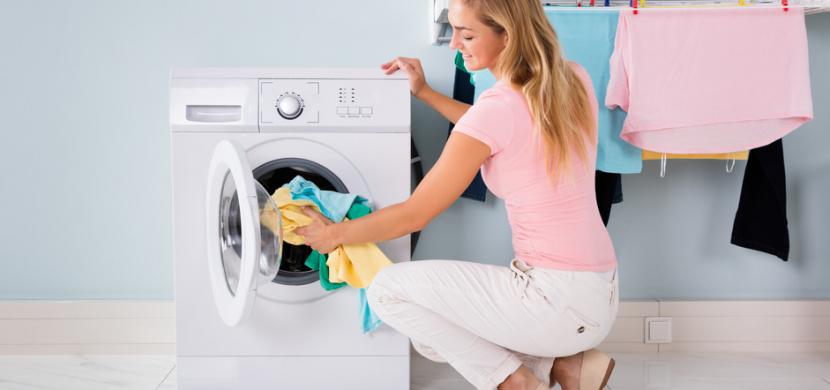 Proč používat při praní ocet: Nahradí aviváž, neutralizuje pachy a vyčistí pračku