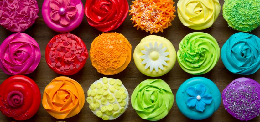 Přírodní potravinářská barviva bez éček vyrobíte z ovoce i zeleniny. Upečte si a uvařte ve všech barvách duhy