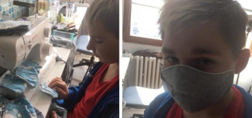 13letý Jirka vlastnoručně ušil spolužákům roušky. Děti se mu vysmály, nyní jej podporují tisíce lidí napříč Českem