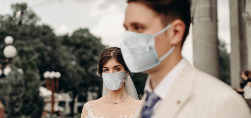 Svatba v čase koronaviru: Nevěsta a ženich z Velké Británie uspořádali svatbu pro 250 lidí, neporušili ovšem žádné nařízení