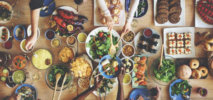 Světový den jídla si každoročně připomínáme 16. října. Ukazuje nůžky mezi chudobou a blahobytem