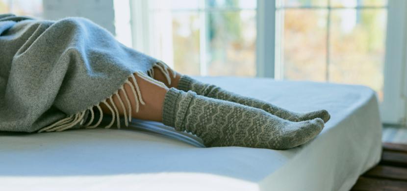 Mokré ponožky na noc vám uleví od nachlazení, chřipky i rýmy. Základem tohoto babského triku je správné vrstvení