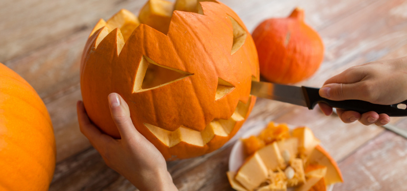 Jak vydlabat a vyřezat halloweenskou dýni, aby nezplesnivěla: Při výrobě této dekorace na Halloween dodržujte několik zásad