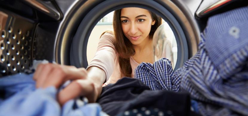 Jak si usnadnit sušení prádla v sušičce: Nepřeplňujte buben, zapomeňte na aviváž a používejte tenisové míčky