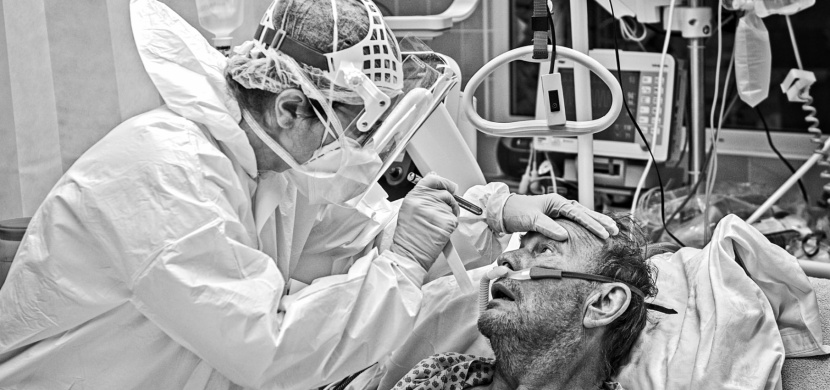 Den na covidovém oddělení Fakultní nemocnice Brno. Fotoreportér Patrik Uhlíř veřejně ukázal realitu boje s koronavirem