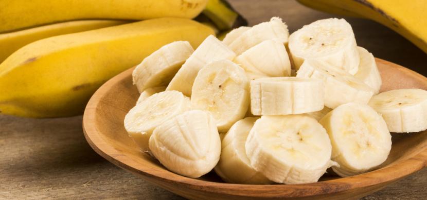 Jak zpomalit zrání banánů a jejich rychlému hnědnutí: Banány skladujte mimo další ovoce a jejich horní část zabalte do fólie