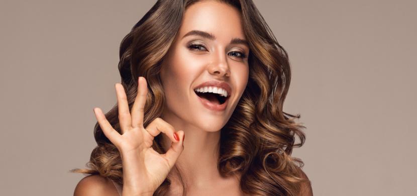Vzdušné vlny ve vlasech vykouzlíte za pár sekund bez kulmy i žehličky. K vlasovému triku použijte fén a plastovou lahev