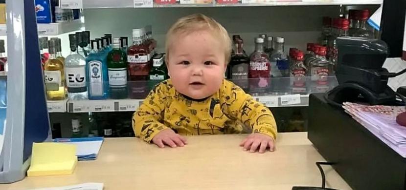 Amatérská vánoční reklama s dvouletým chlapečkem vás chytne za srdce. Měli by ji vysílat v televizi, shodují se lidé