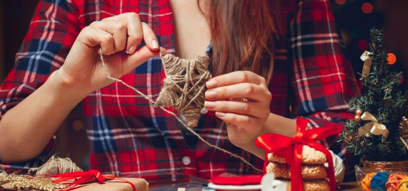 7 nápadů na vánoční dekorace, které zvládnete vyrobit doma. Z papíru, dřeva, sklenice nebo třpytek
