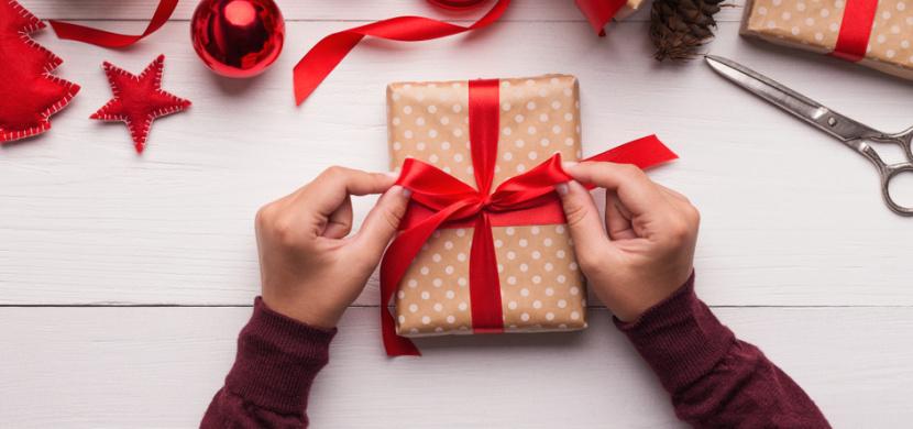 Jak zabalit vánoční dárek snadno a rychle? Tajemství je v ohýbání rohů balicího papíru do tvaru dopisní obálky