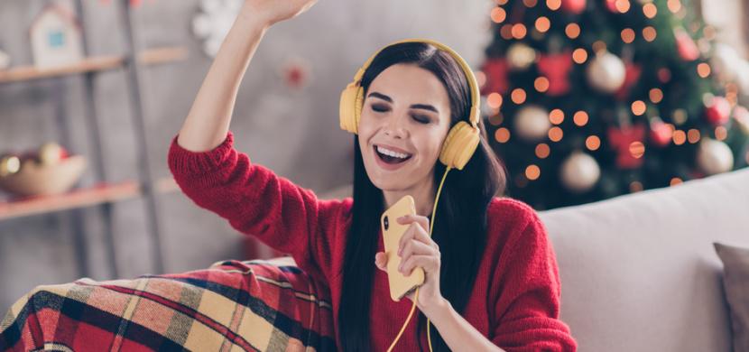 Poslouchání vánoční hudby zlepšuje náladu. Odbourává také stres a napětí, potvrzují psychologové