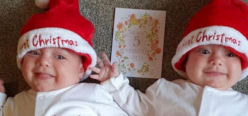 Dvojčata se v červenci narodila s koronavirem. Po dlouhé hospitalizaci si doma užijí své první Vánoce
