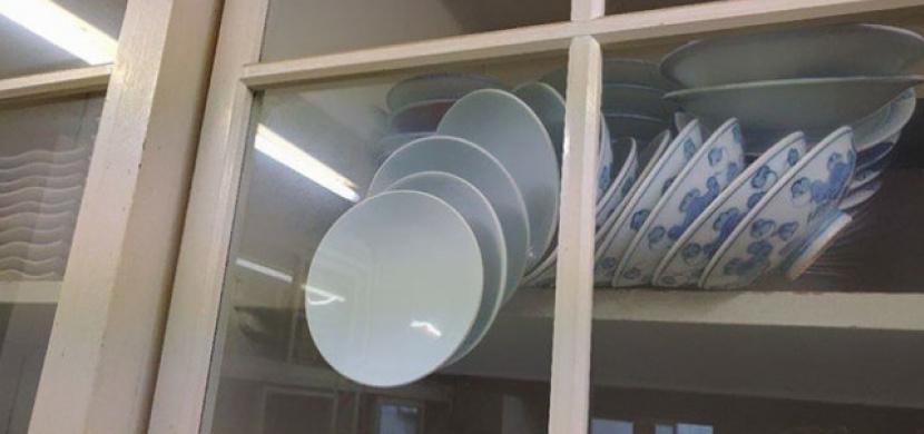 Jak dostat talíře ze skříně, aby se nerozbily? Zoufalá žena žádala na Facebooku ostatní o radu