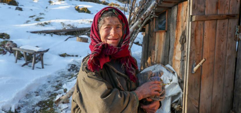 Ruský miliardář zaplatil nejosamělejší ženě na světě nový domov. Agafya Lykova žije v horách na Sibiři přes 70 let