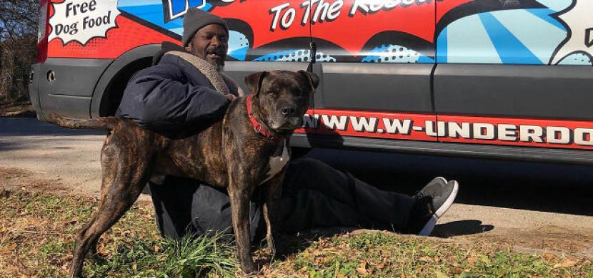 Bezdomovec Keith Walker zachránil z hořícího útulku všechna opuštěná zvířata. Má srdce na pravém místě