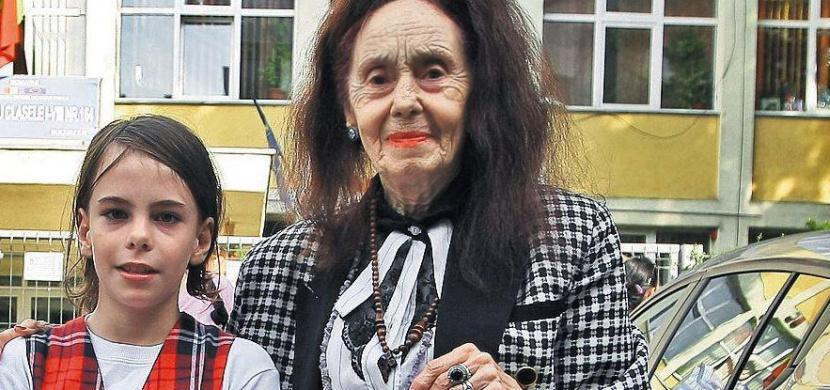 Vzpomínáte na ženu, která porodila v 66 letech? Rumunka Adriana Iliescu má nyní 82 let a je skvělou matkou