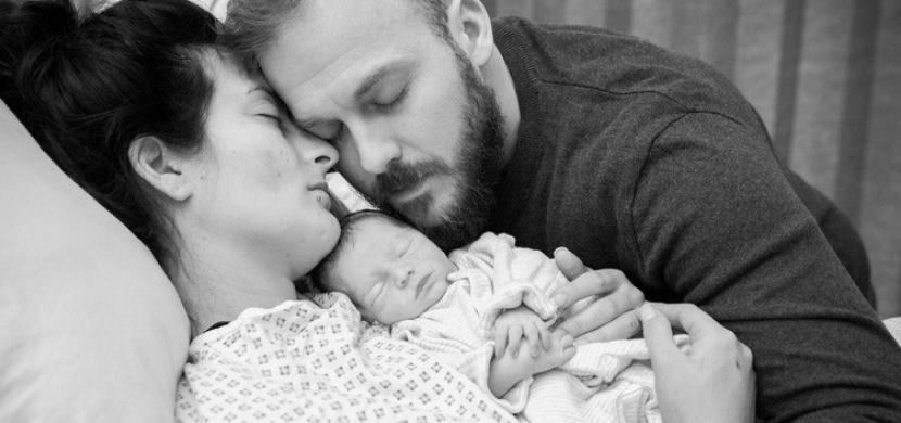 Proč se tato krásná rodina na fotce neusmívá? Pravý důvod vás dojme k slzám