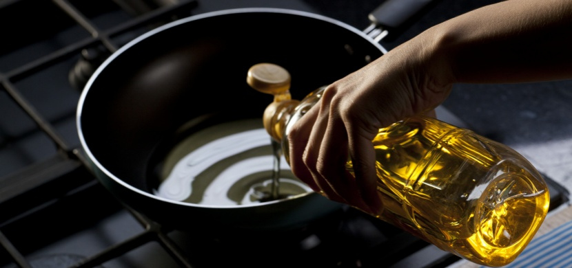 Použitý olej rozhodně nevylívejte do dřezu. Ničíte tak pitnou vodu