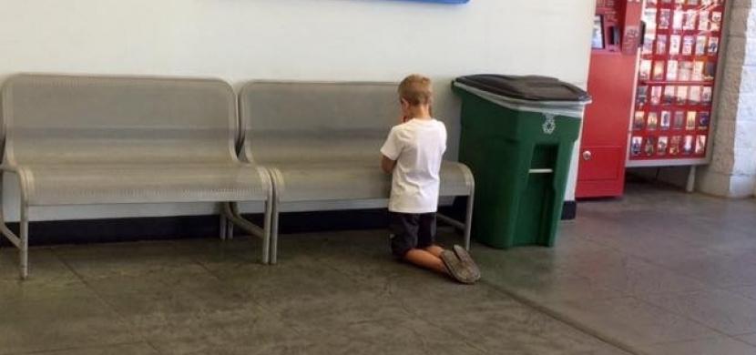 V obchodním centru se jí ztratil syn. Našla jej, jak klečí a modlí se