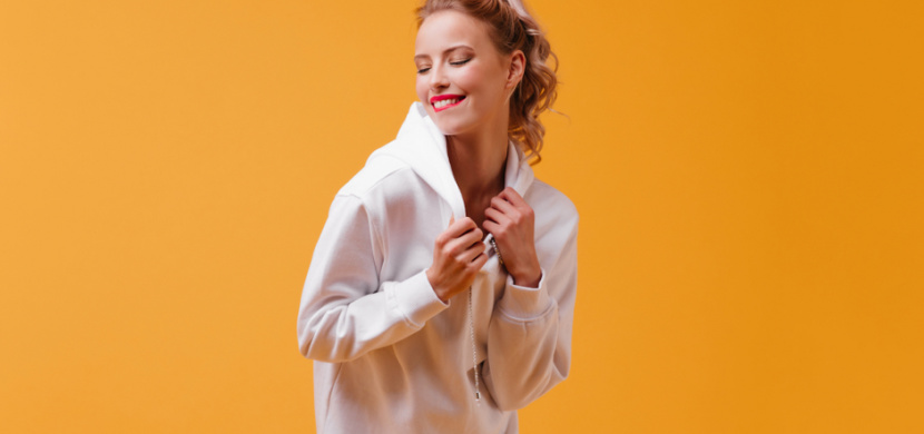 Mikinové šaty jako nejnovější módní trend: Jak je nosit, aby vám slušely