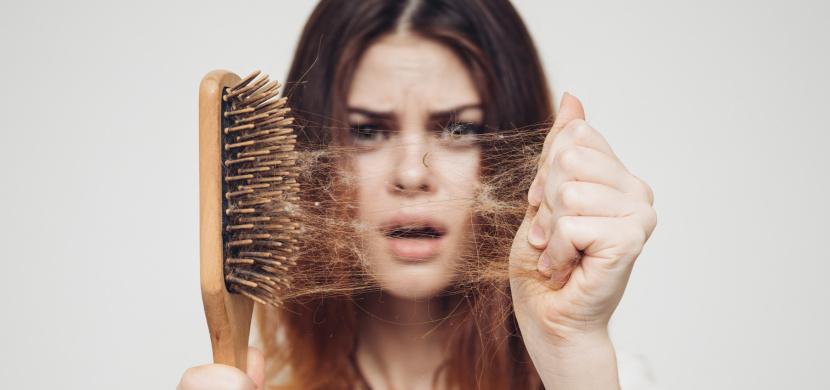Vypadávání vlasů po covidu: Trpí jím téměř čtvrtina uzdravených, nejčastěji žen
