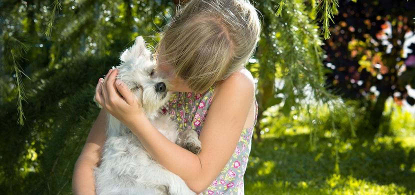 Ukrajinská holčička Mila má 8 let a randí s 13letým klukem. Její matka nemá nic proti