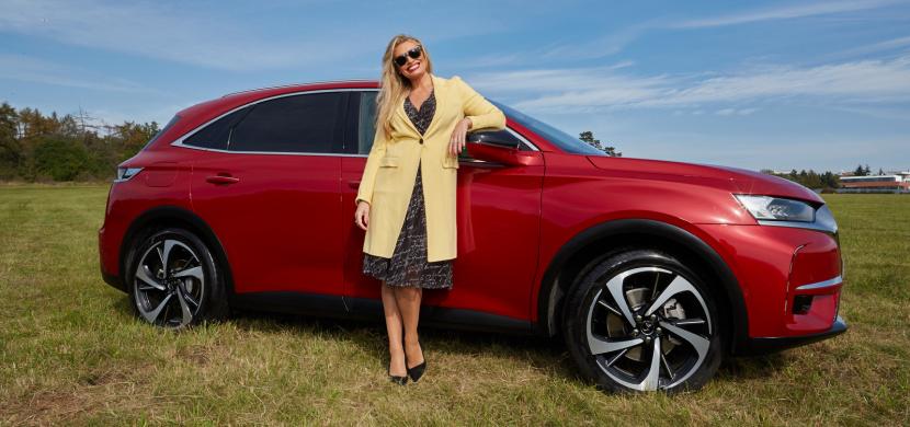 Moderátorka Lucie Borhyová je i nadále věrná automobilové značce DS. Nyní ji můžete potkat v novém modelu
