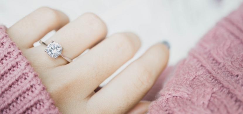 Česká rapperka Sharlota se zasnoubila. Radostnou novinku oznámila svým fanouškům z dovolené ve Španělsku