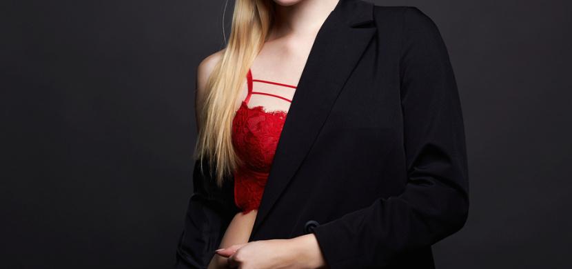Herečka Aneta Krejčíková se předvedla v rudém spodním prádle. Hvězda Ulice vypadá i po dvou porodech perfektně