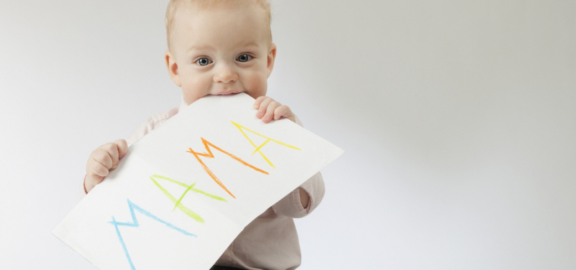 """Chlapeček s hlasem démona baví internet. Poslechněte si, jak řekl poprvé """"máma"""""""
