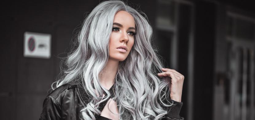 Kanadská učitelka si v 26 letech přestala barvit vlasy. Co říkáte na její šediny?
