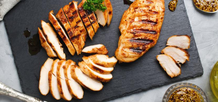 6 pravidel při grilování kuřecího masa. Když je dodržíte, kuře bude šťavnaté a propečené