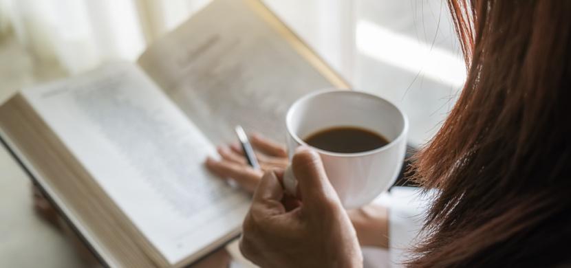 Neuvěříte, jak vám pomůže čtení knih. Nepodceňujte sílu ukrytou v příbězích, pomůžete tím hlavně sobě