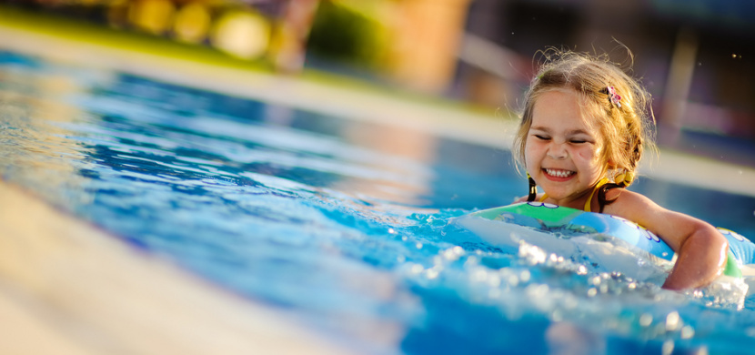 Zdravotní sestřičky ukázaly šokující fotku dítěte v bazénu. Kvůli barvě plavek není ve vodě vůbec vidět