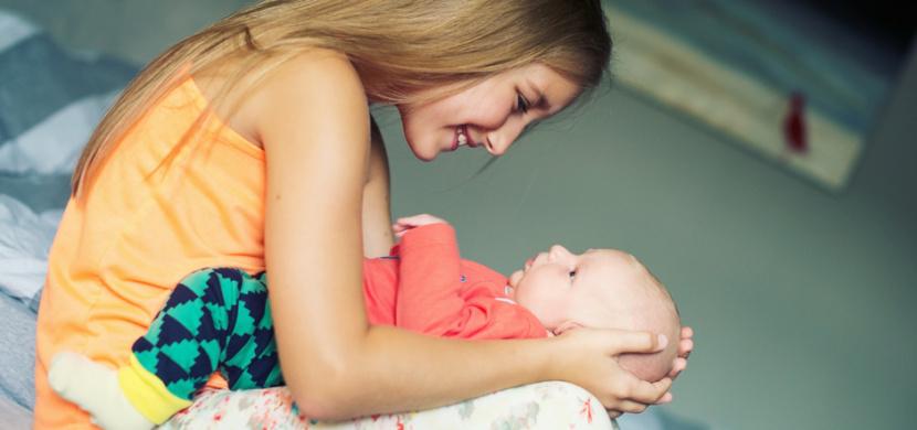 Ve Velké Británii porodila 11letá dívka. Rodina si jejího těhotenství údajně nevšimla