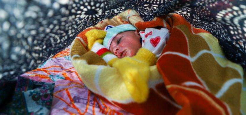 V Indii se narodilo dítě se třemi hlavami. Lidé jej považují za reinkarnaci boha