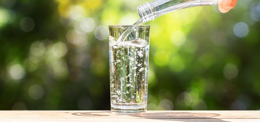 Nezapomínejte pít. Je to lepší před, při nebo po jídle?